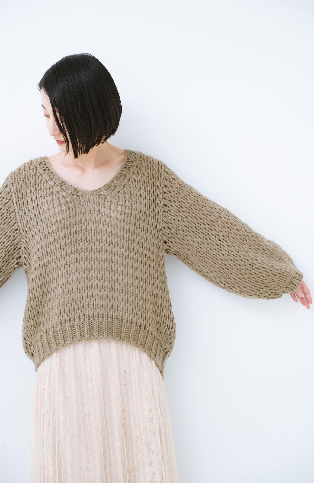 haco! 手編み風のざっくり感で女っぽい Vネックの甘編みルーズニット <グレイッシュベージュ>の商品写真10