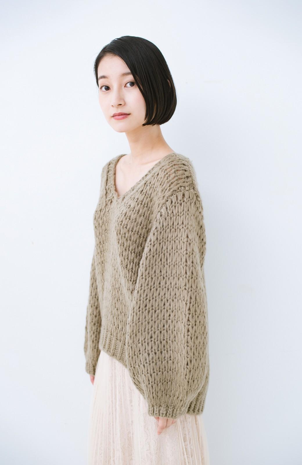 haco! 手編み風のざっくり感で女っぽい Vネックの甘編みルーズニット <グレイッシュベージュ>の商品写真11