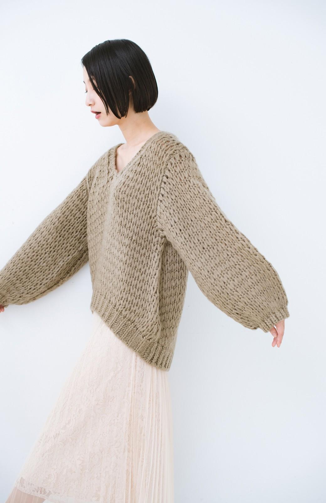 haco! 手編み風のざっくり感で女っぽい Vネックの甘編みルーズニット <グレイッシュベージュ>の商品写真12