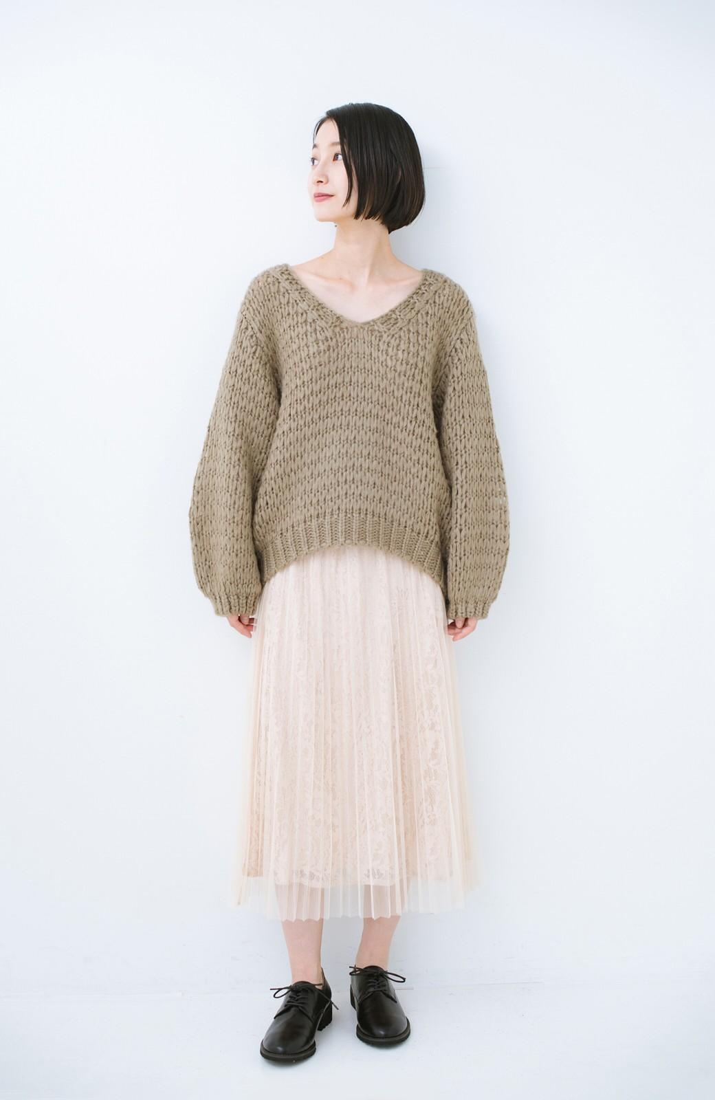 haco! 手編み風のざっくり感で女っぽい Vネックの甘編みルーズニット <グレイッシュベージュ>の商品写真6
