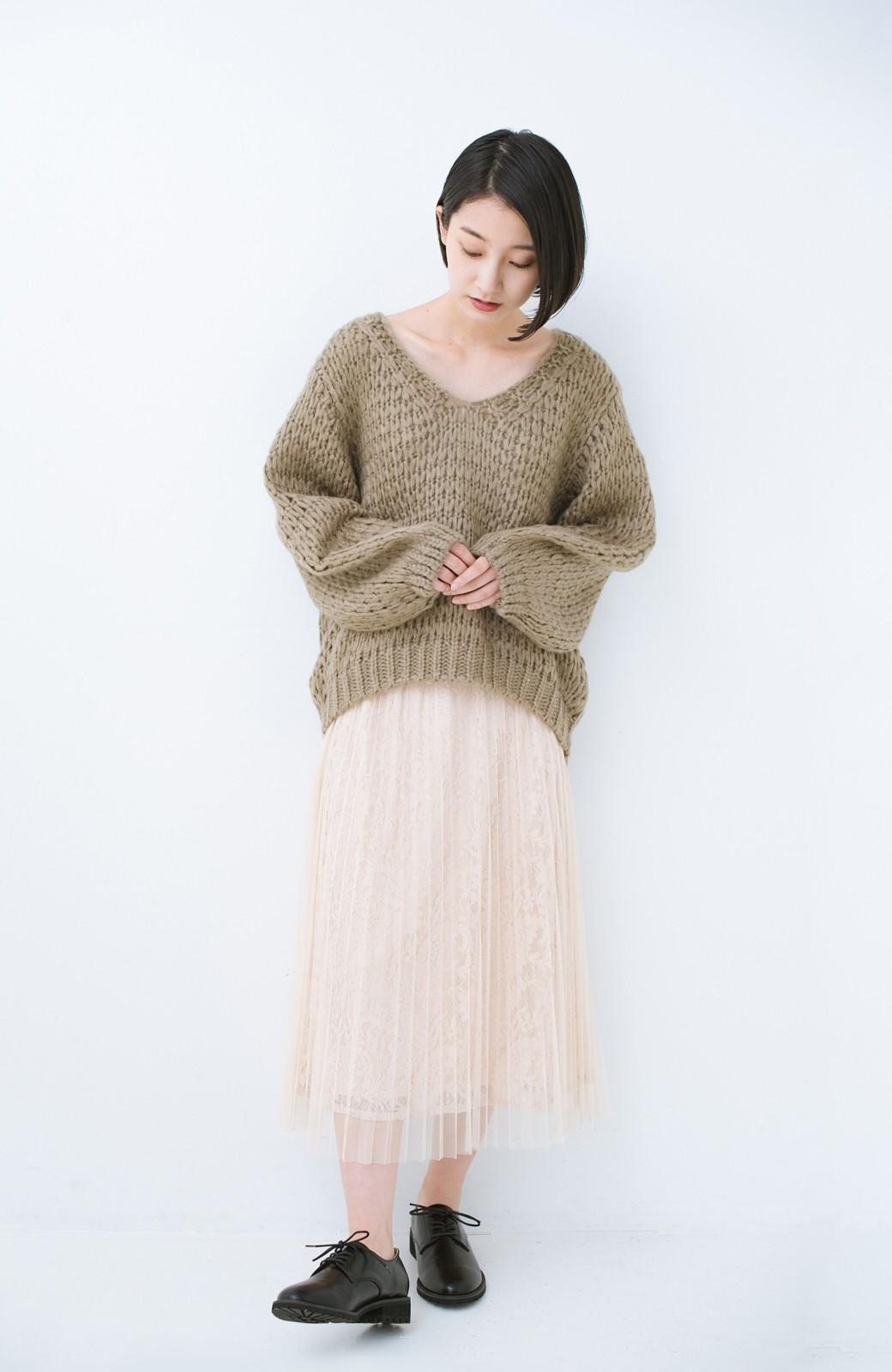 haco! 手編み風のざっくり感で女っぽい Vネックの甘編みルーズニット <グレイッシュベージュ>の商品写真7