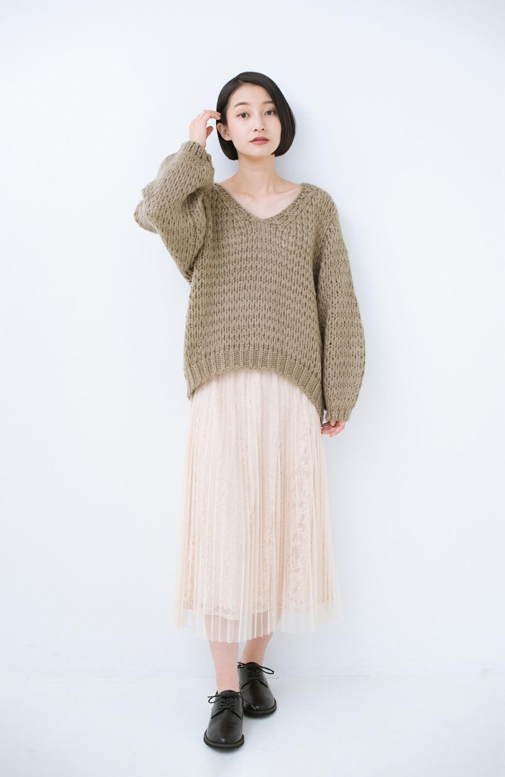 haco! 手編み風のざっくり感で女っぽい Vネックの甘編みルーズニット <グレイッシュベージュ>の商品写真8