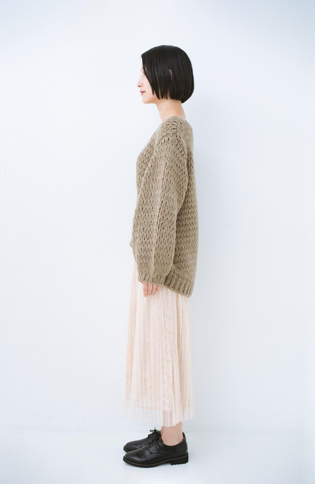 haco! 手編み風のざっくり感で女っぽい Vネックの甘編みルーズニット <グレイッシュベージュ>の商品写真9