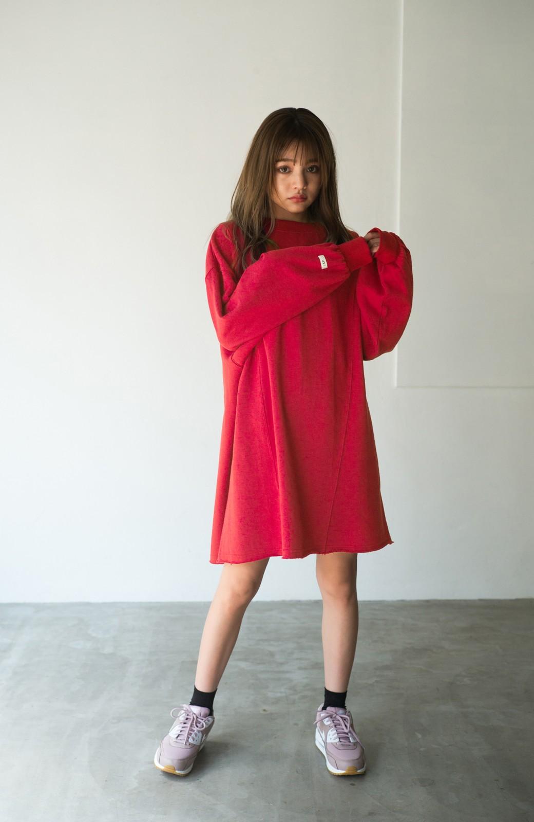 haco! <吉木千沙都(ちぃぽぽ)さんコラボ>ラブ&ピースプロジェクト 袖ラベルがポイントのビッグスウェットワンピース <レッド>の商品写真5