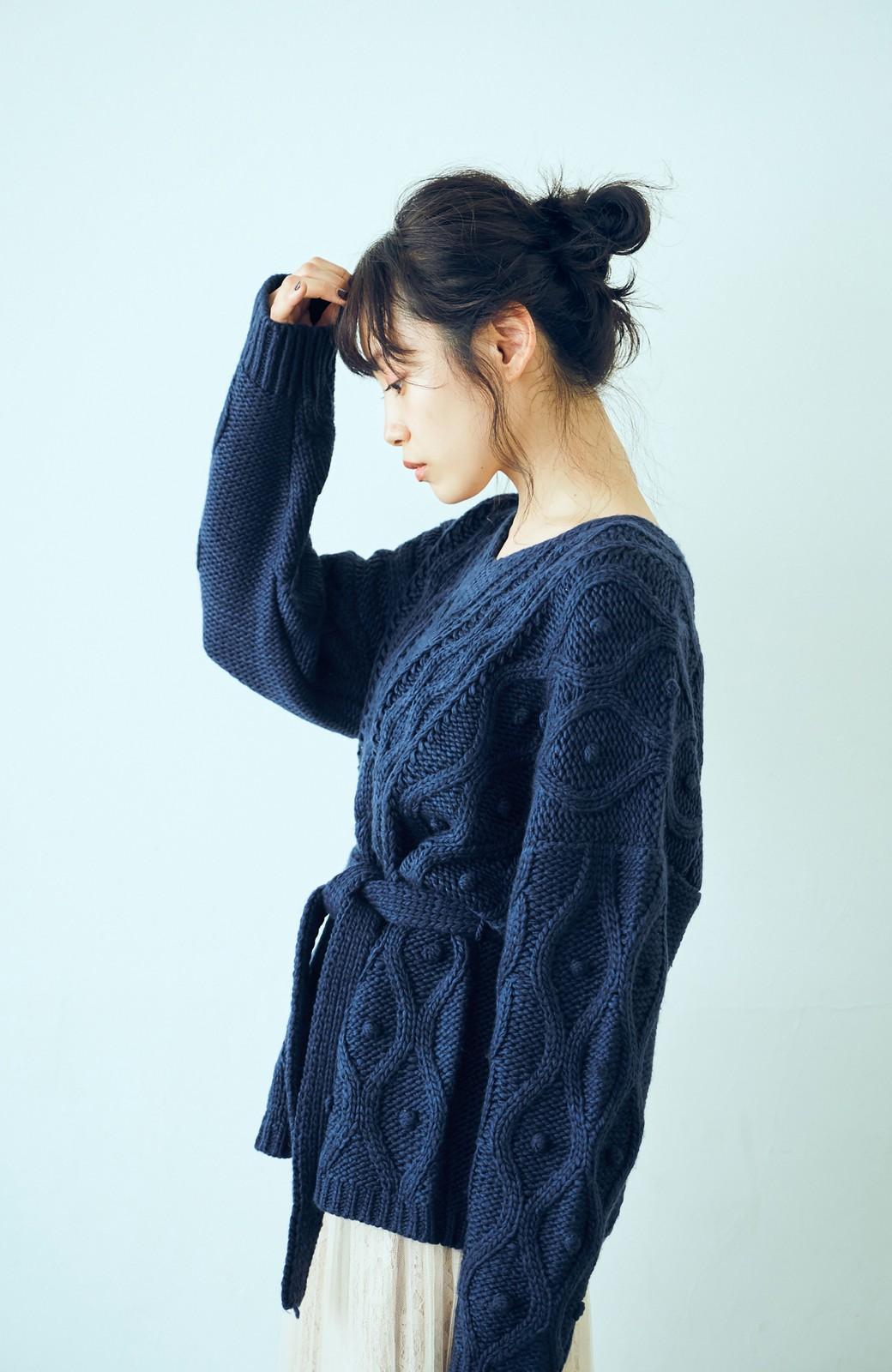 haco! <高橋愛さんコラボ>ラブ&ピースプロジェクト パプコーン編みのウエストマークケーブルニットトップス <ネイビー>の商品写真4