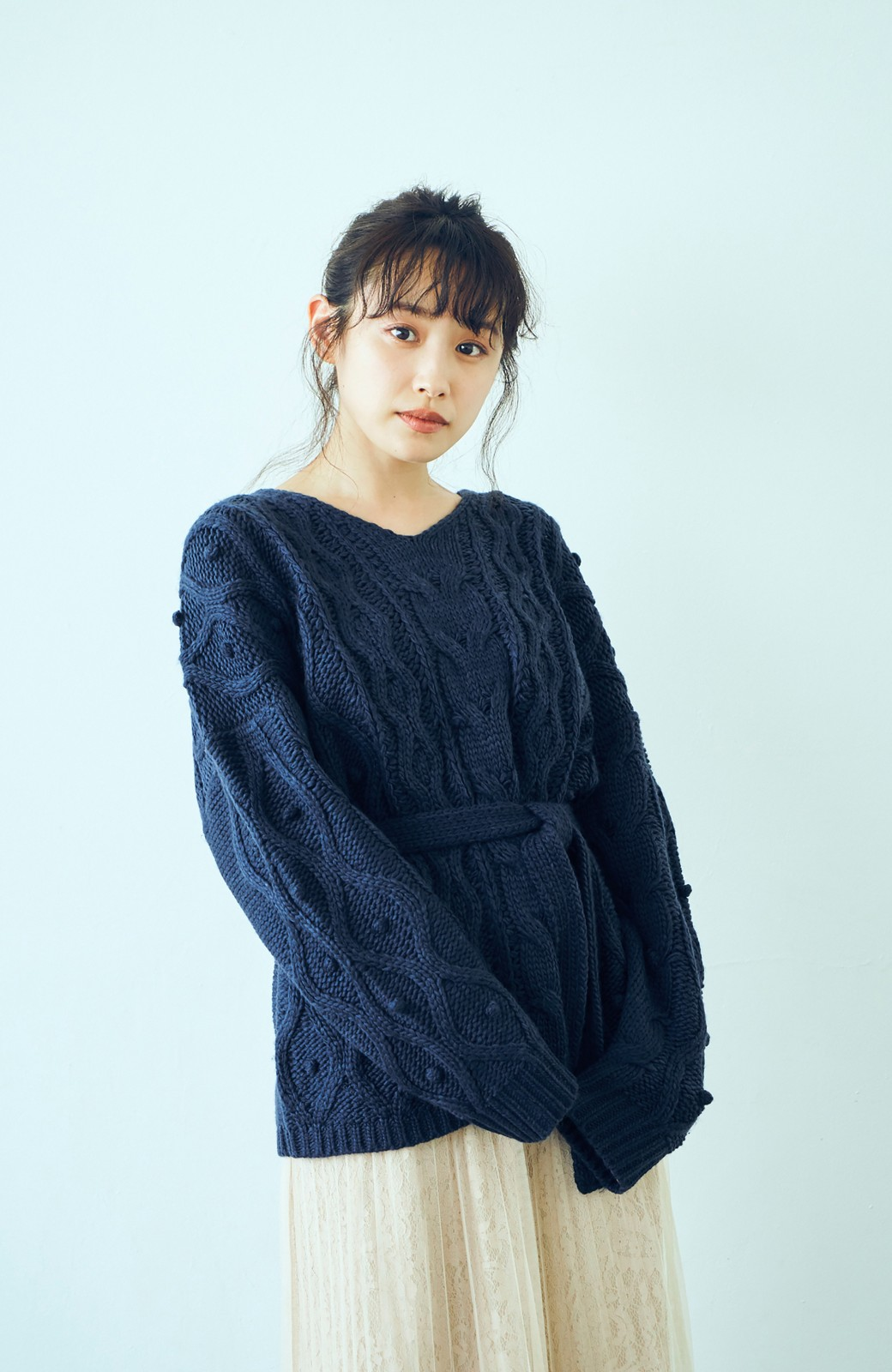 haco! <高橋愛さんコラボ>ラブ&ピースプロジェクト パプコーン編みのウエストマークケーブルニットトップス <ネイビー>の商品写真7