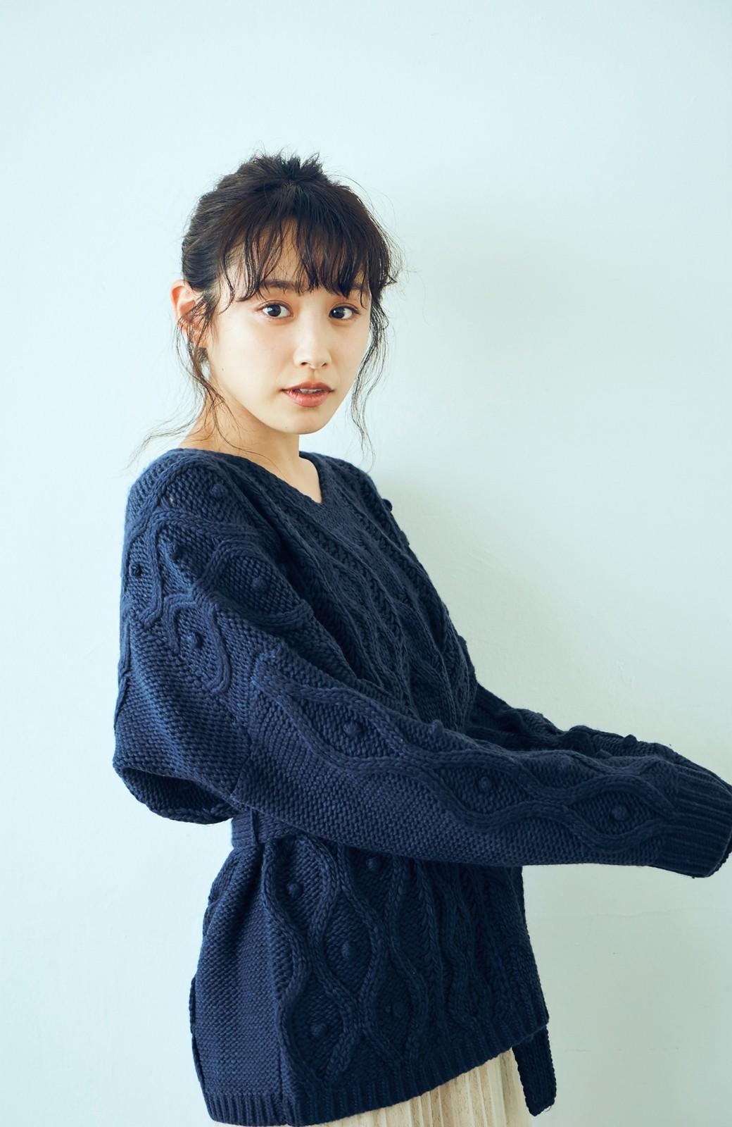 haco! <高橋愛さんコラボ>ラブ&ピースプロジェクト パプコーン編みのウエストマークケーブルニットトップス <ネイビー>の商品写真2