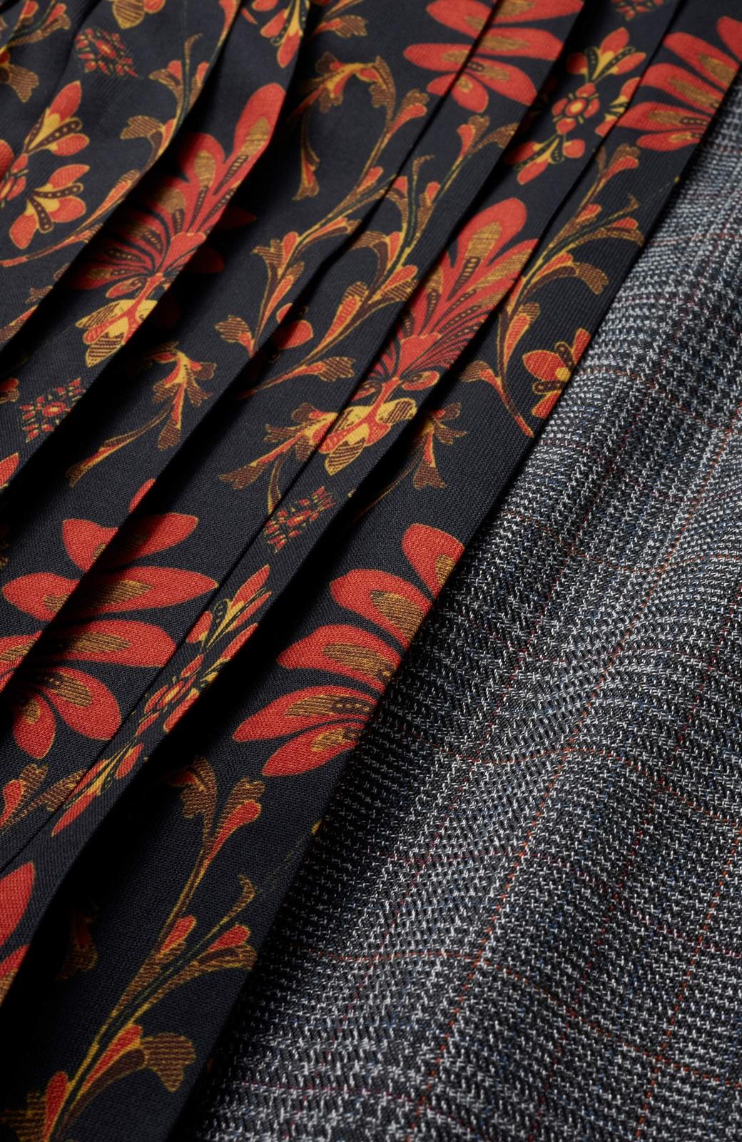 haco! <スザンヌさんコラボ>ラブ&ピースプロジェクト グレンチェック&ダークフラワー柄のアシンメトリースカート <グレー系その他>の商品写真3