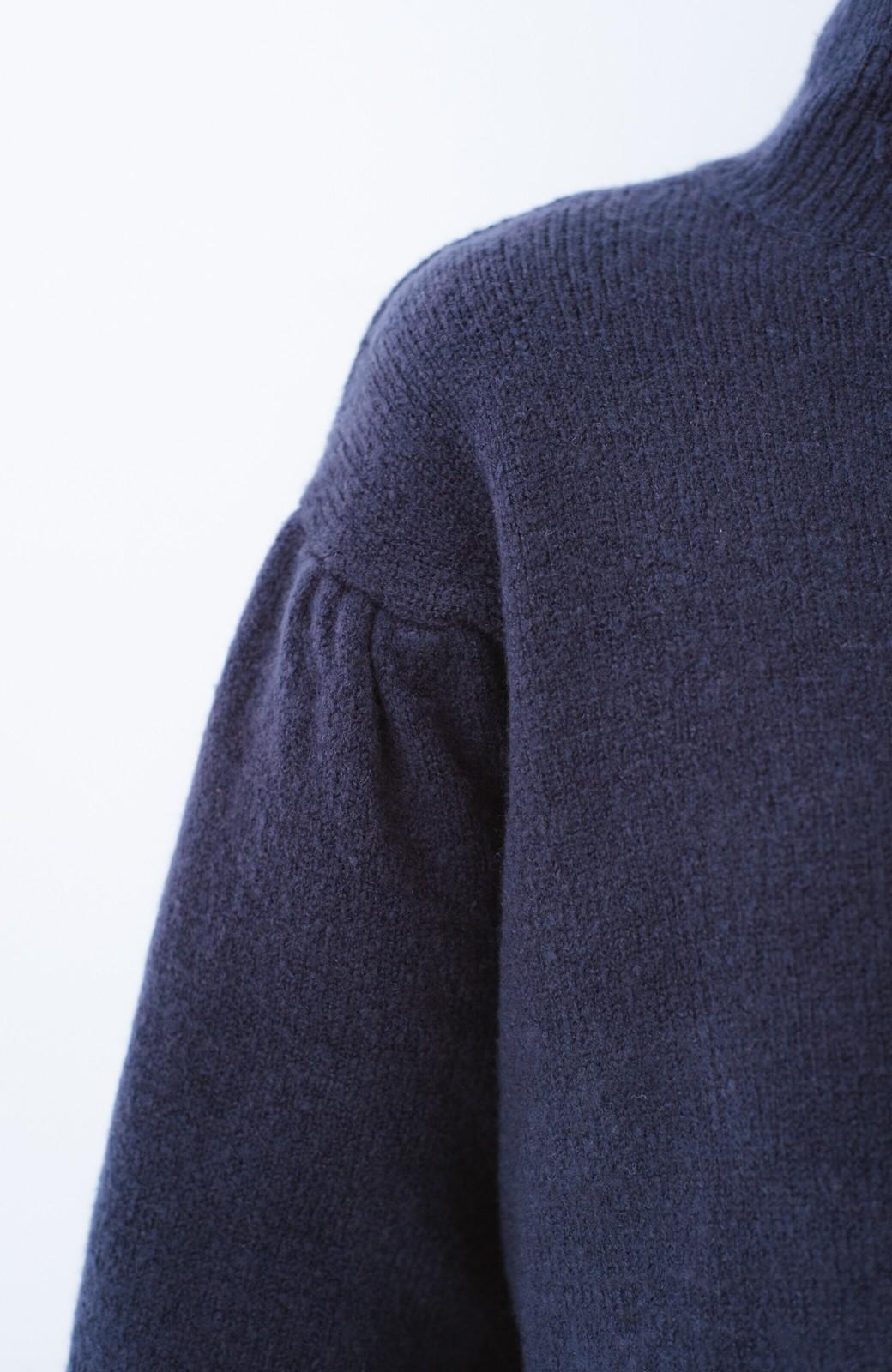 haco! 肌見せせずとも華奢見えできる ぷっくり袖のショートニット <ネイビー>の商品写真4