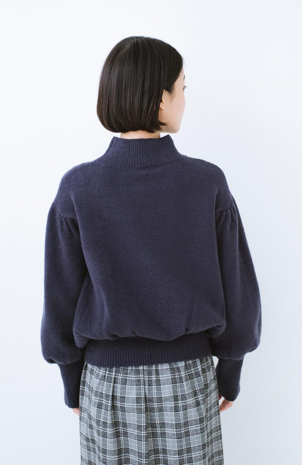 haco! 肌見せせずとも華奢見えできる ぷっくり袖のショートニット <ネイビー>の商品写真11