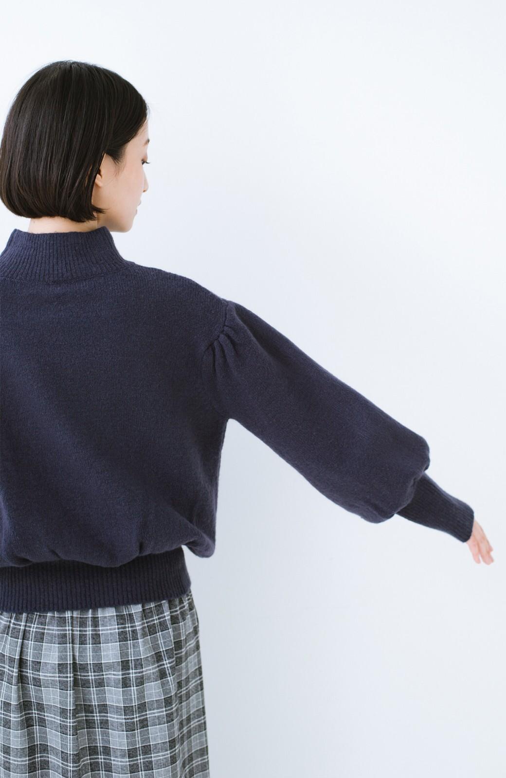 haco! 肌見せせずとも華奢見えできる ぷっくり袖のショートニット <ネイビー>の商品写真12