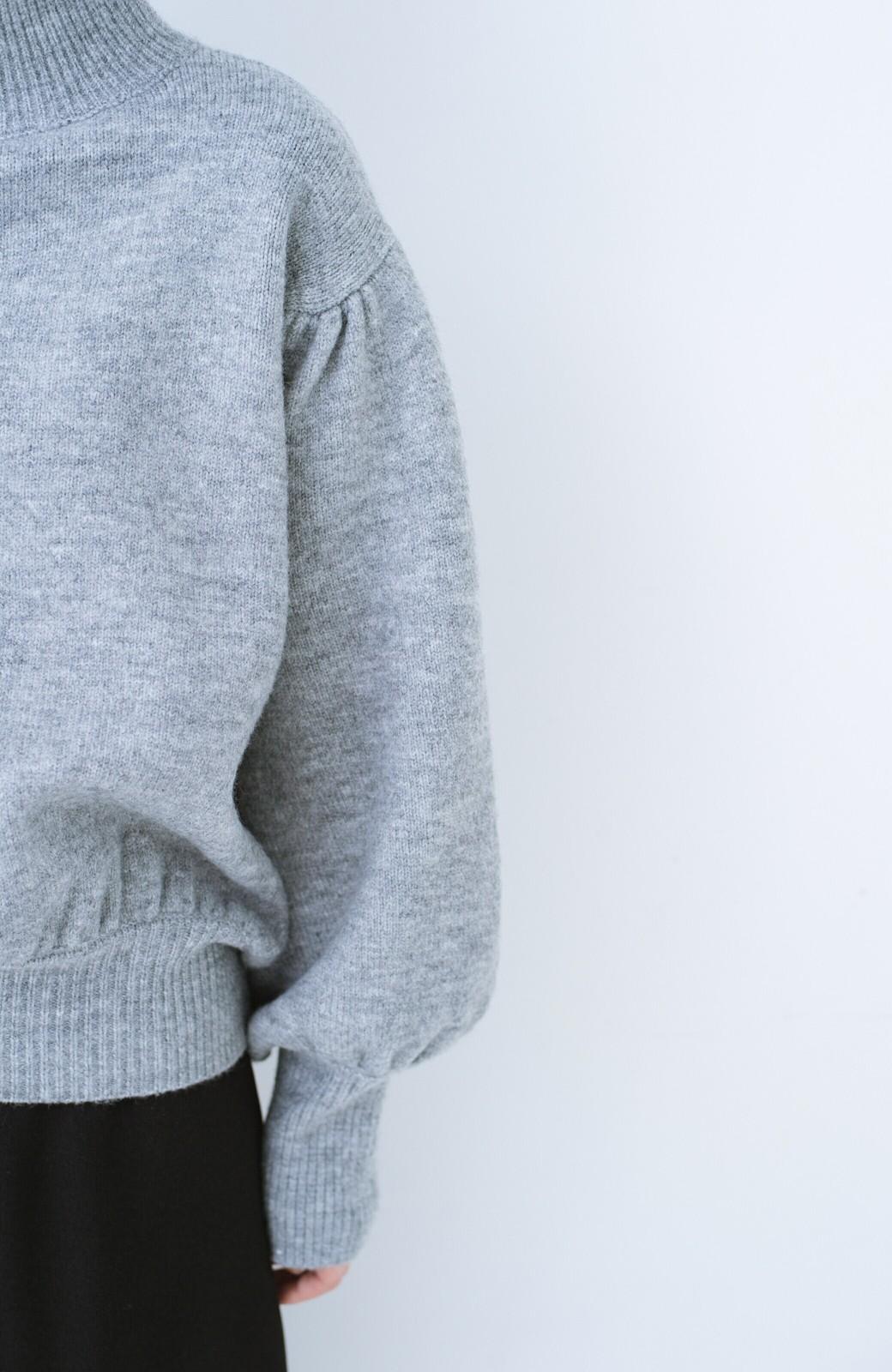 haco! 肌見せせずとも華奢見えできる ぷっくり袖のショートニット <杢グレー>の商品写真2