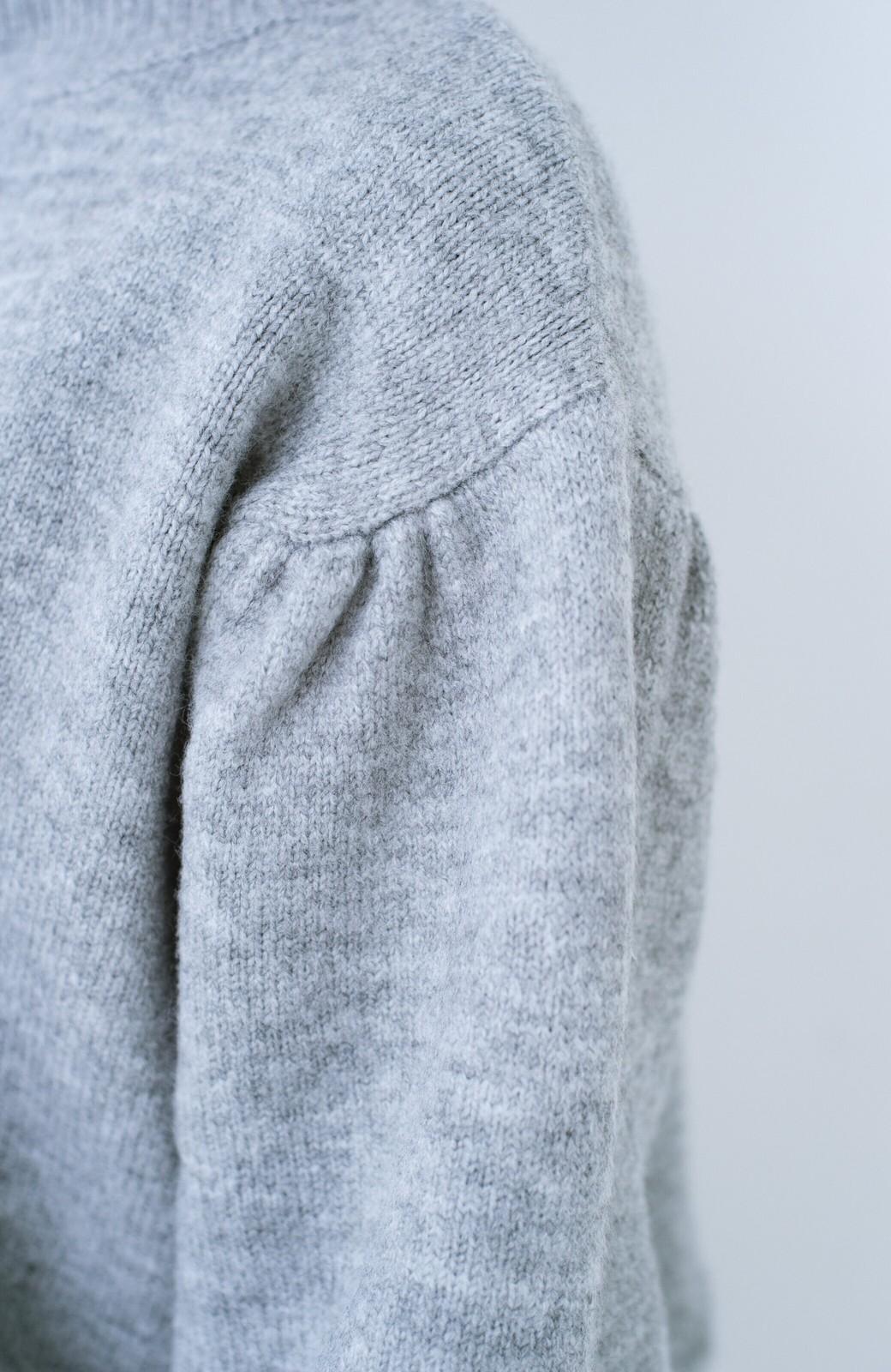 haco! 肌見せせずとも華奢見えできる ぷっくり袖のショートニット <杢グレー>の商品写真4