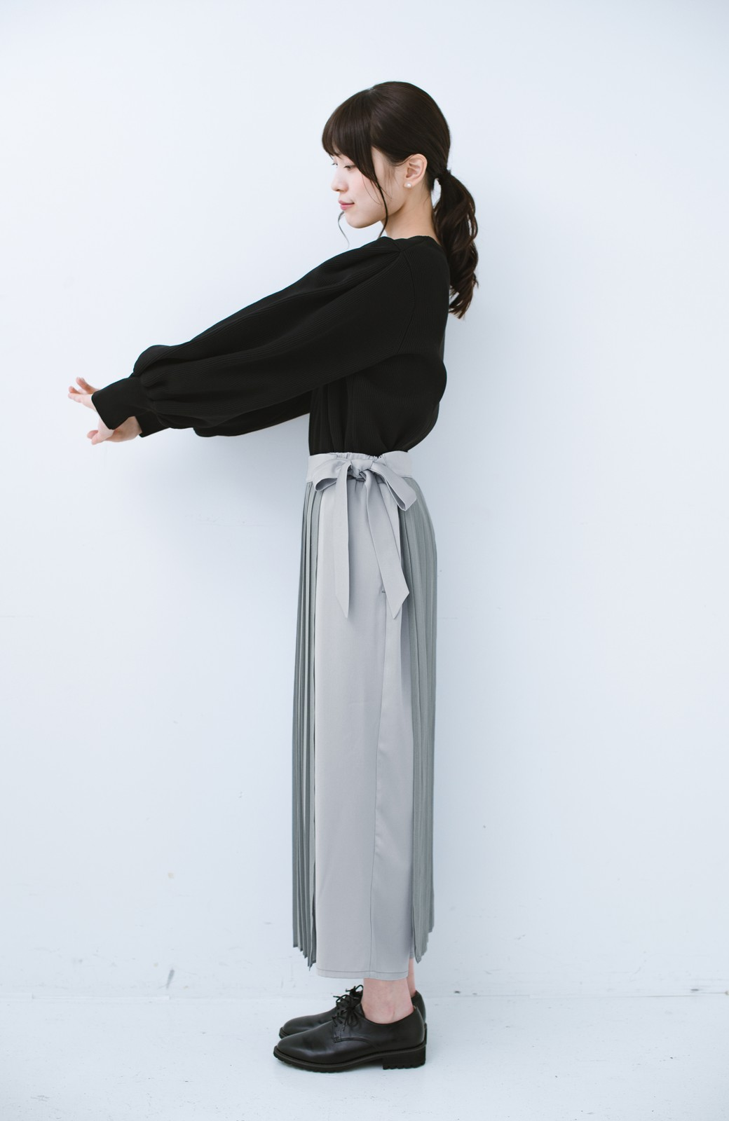 haco! パンツ派さんのデート着 プリーツスカート風にもなる華やかパンツセット <ライトブルーグレー>の商品写真16
