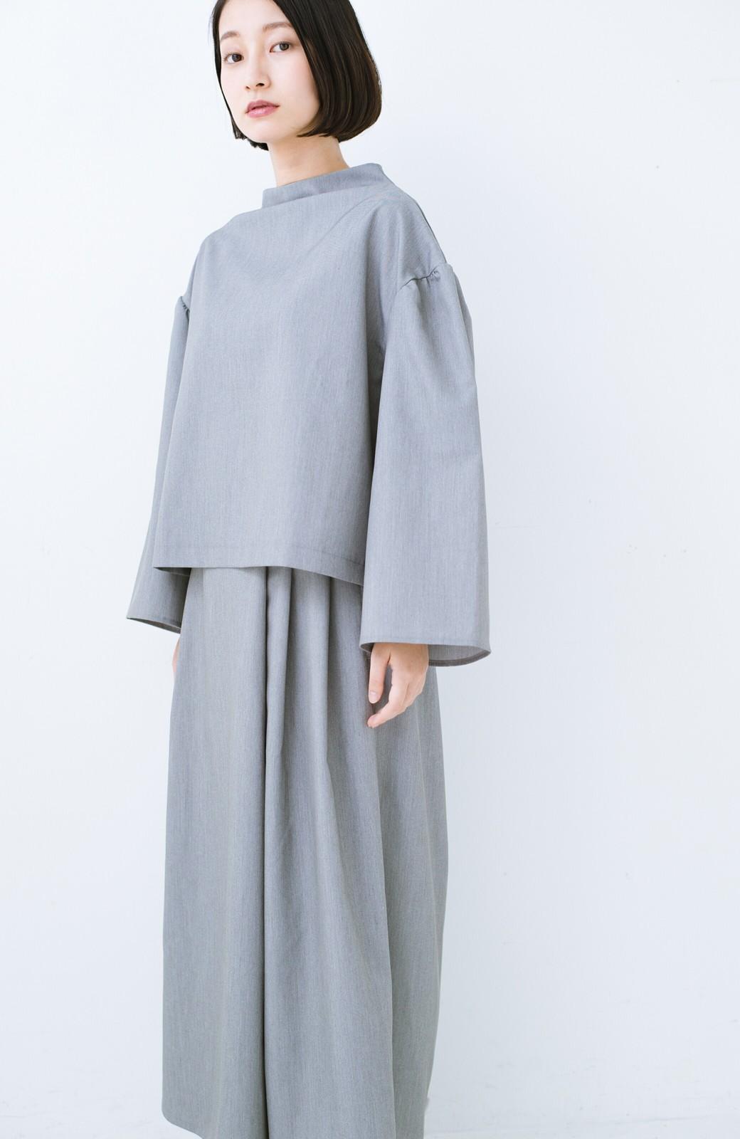 haco! 旅の救世主 きれいめブラウスとスカート見えゆったりワイドパンツのセットアップ <杢グレー>の商品写真17