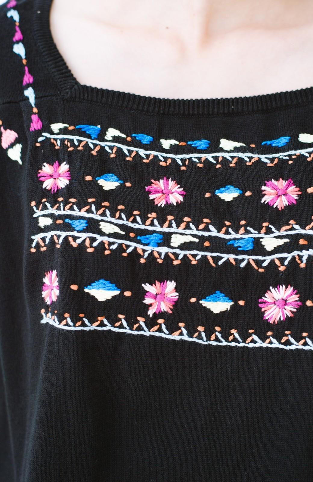 haco! Stitch by Stitch 首回りがきれいに見える色とりどりの刺繍のスクエアニット <ブラック>の商品写真2