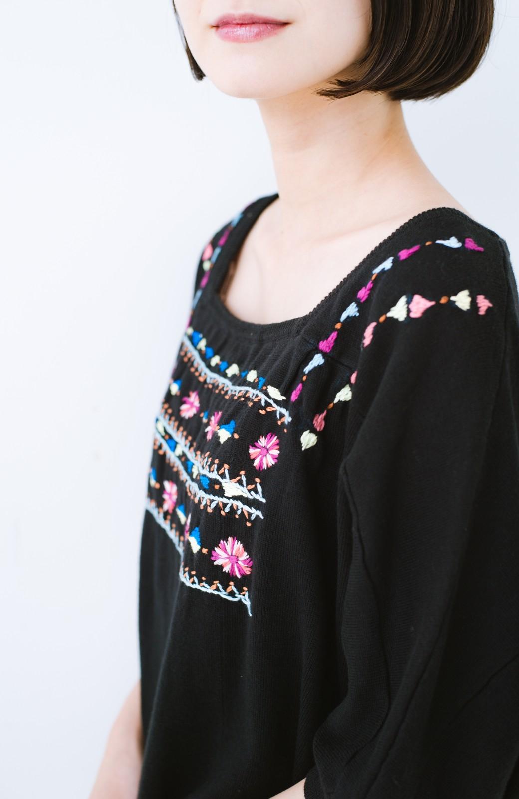 haco! Stitch by Stitch 首回りがきれいに見える色とりどりの刺繍のスクエアニット <ブラック>の商品写真5