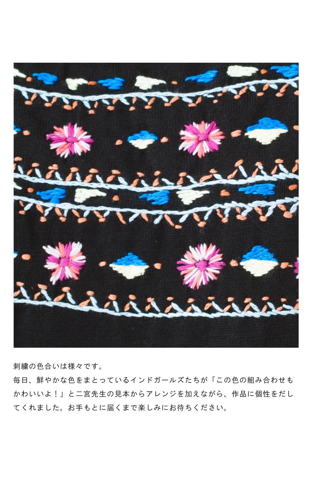 haco! Stitch by Stitch 首回りがきれいに見える色とりどりの刺繍のスクエアニット <ブラック>の商品写真3