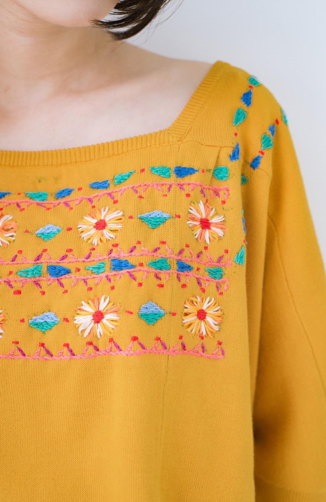 haco! Stitch by Stitch 首回りがきれいに見える色とりどりの刺繍のスクエアニット <イエロー>の商品写真2