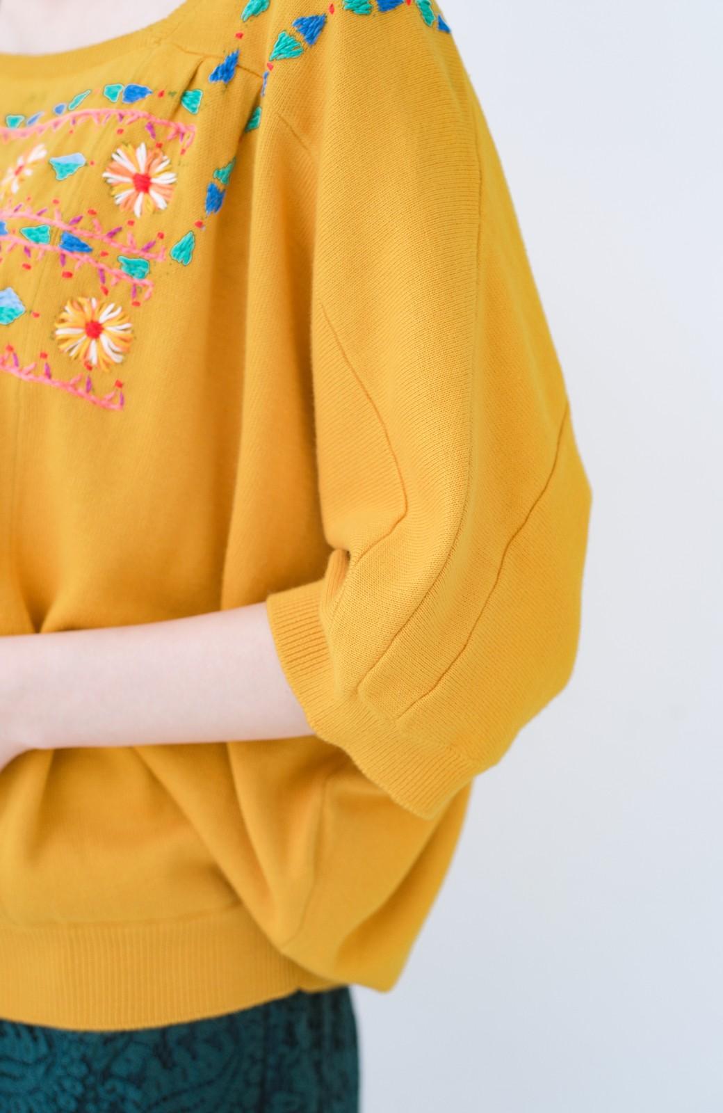 haco! Stitch by Stitch 首回りがきれいに見える色とりどりの刺繍のスクエアニット <イエロー>の商品写真5