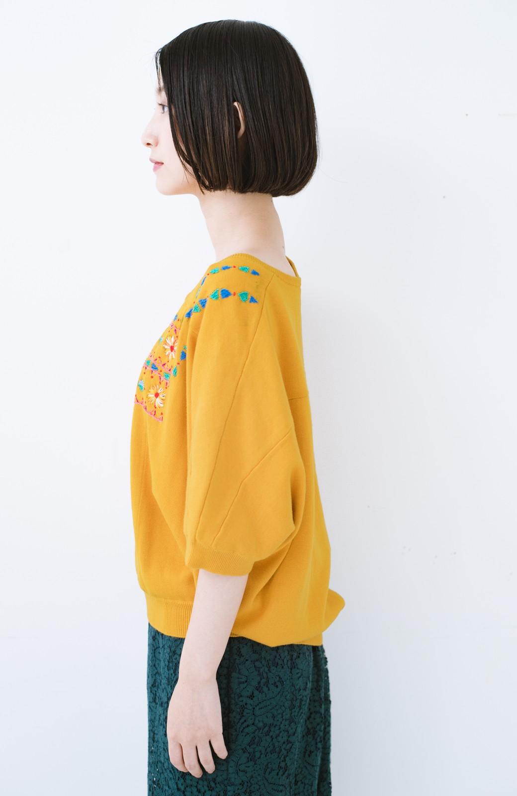haco! Stitch by Stitch 首回りがきれいに見える色とりどりの刺繍のスクエアニット <イエロー>の商品写真10