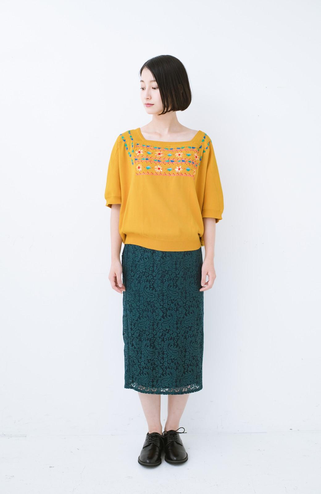 haco! Stitch by Stitch 首回りがきれいに見える色とりどりの刺繍のスクエアニット <イエロー>の商品写真6