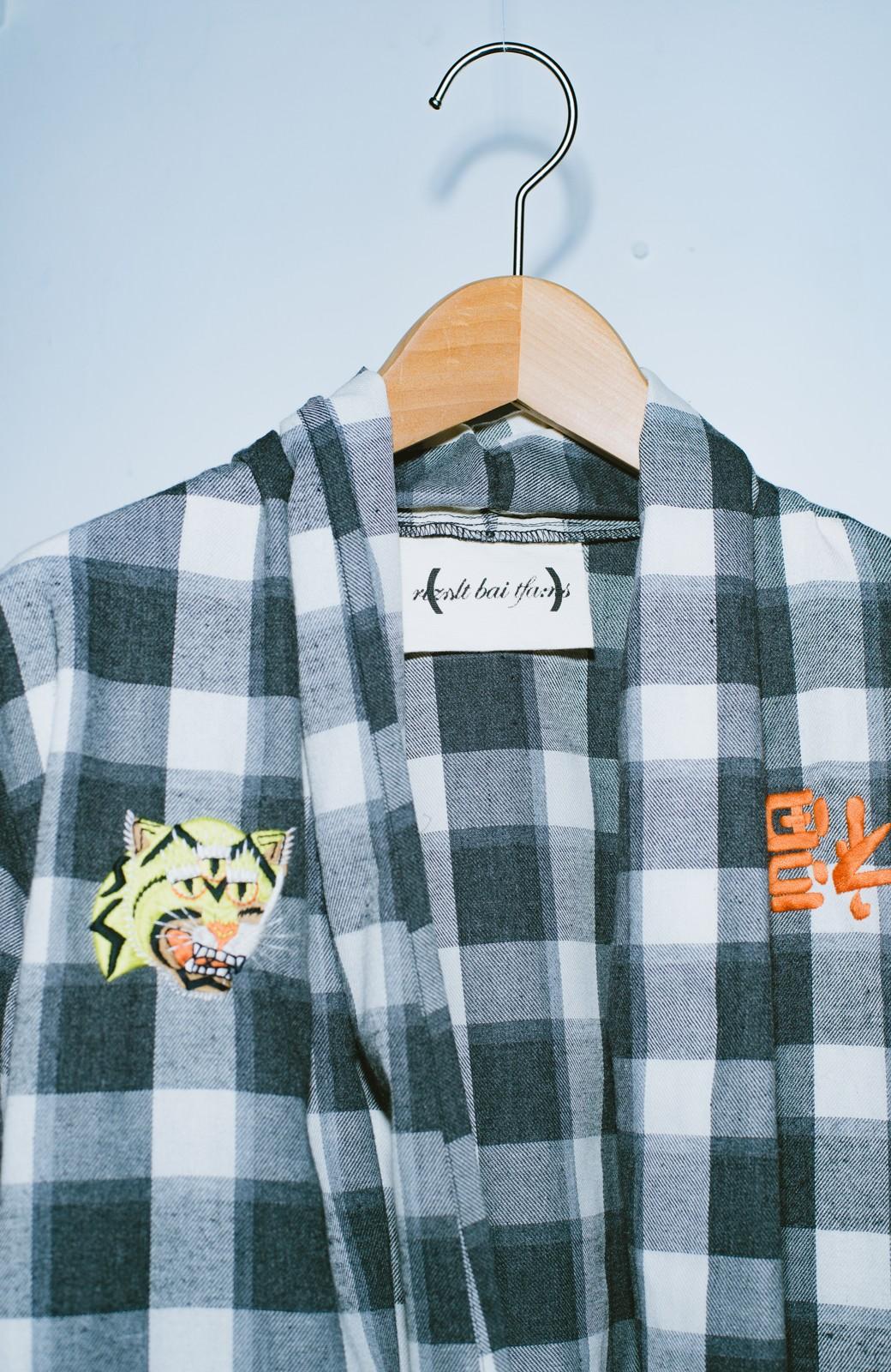 haco! haco! × RBTXCO 三つ目の虎福 刺繍入りチェックガウンコート  <ブラック系その他>の商品写真4