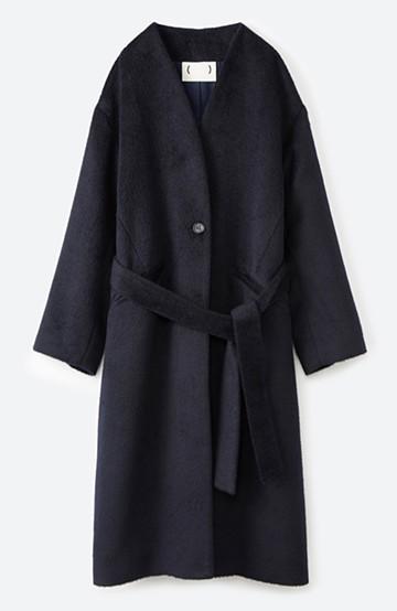 haco! 女っぽくもかっこよくも着られる ベルトつきノーカラーコート <ネイビー>の商品写真