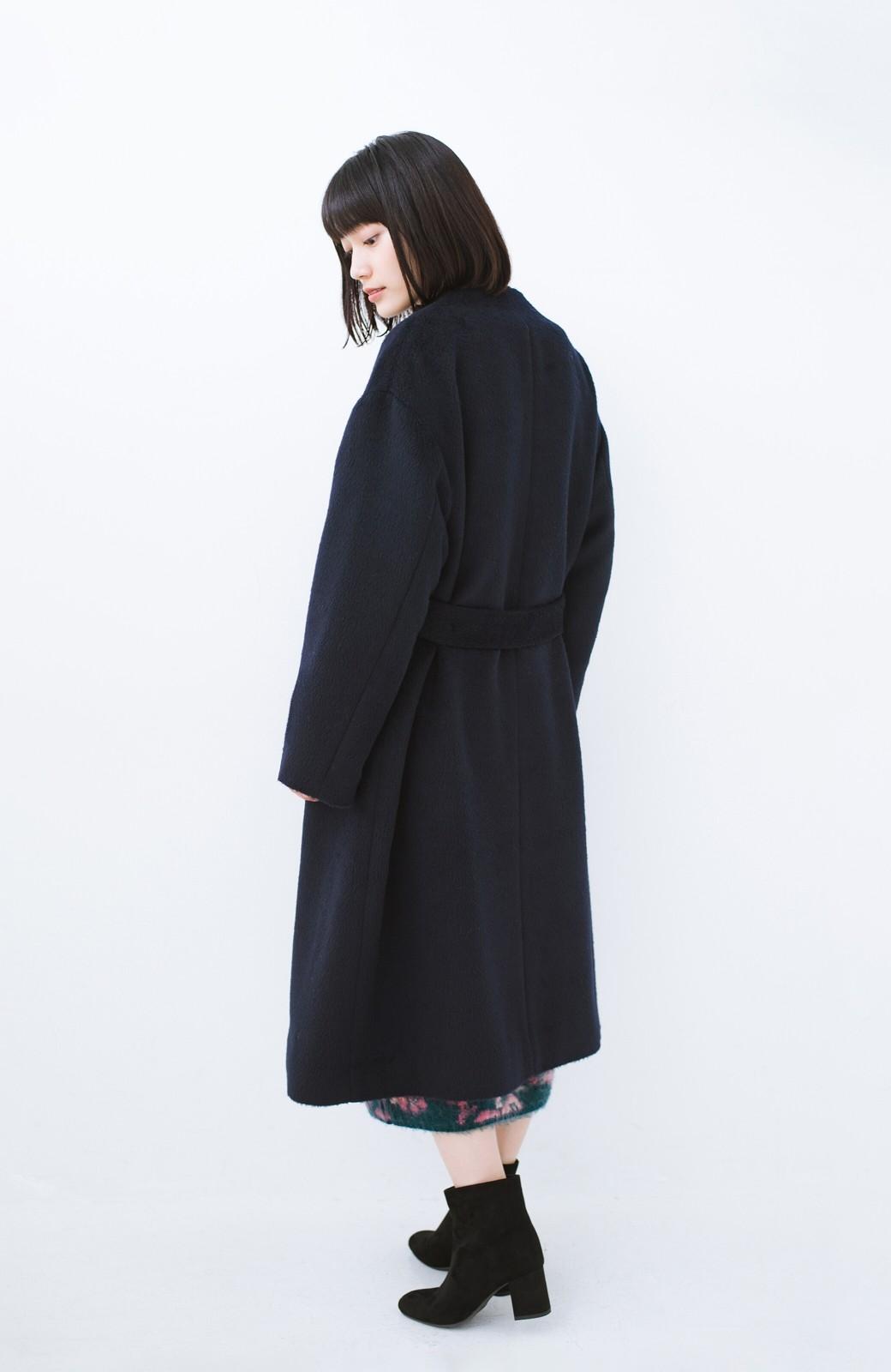haco! 女っぽくもかっこよくも着られる ベルトつきノーカラーコート <ネイビー>の商品写真15