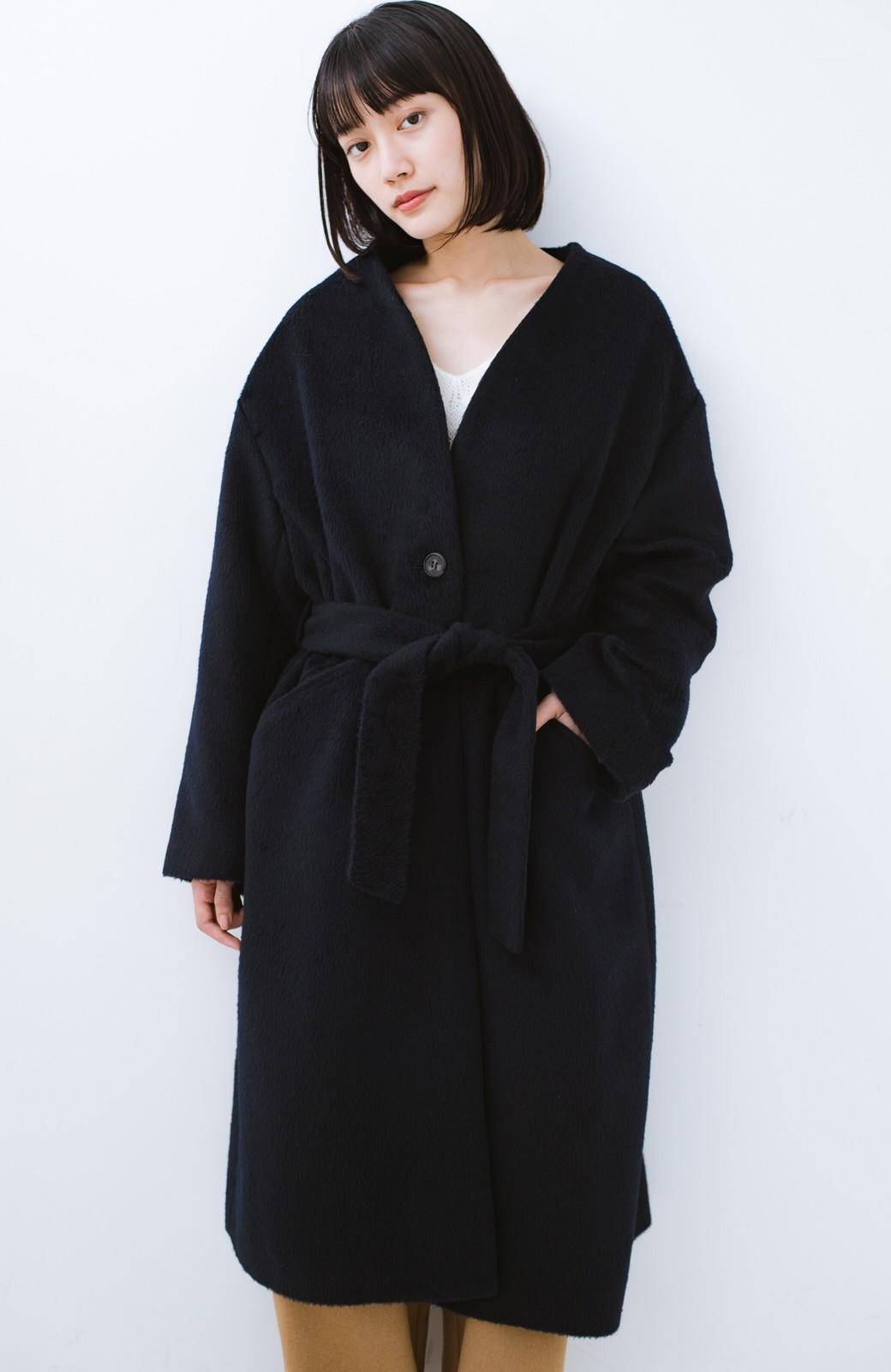 haco! 女っぽくもかっこよくも着られる ベルトつきノーカラーコート <ネイビー>の商品写真17