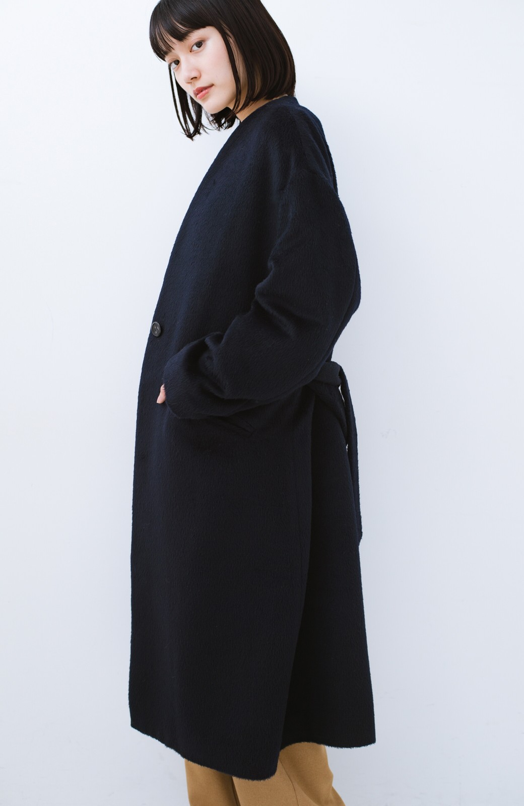 haco! 女っぽくもかっこよくも着られる ベルトつきノーカラーコート <ネイビー>の商品写真19