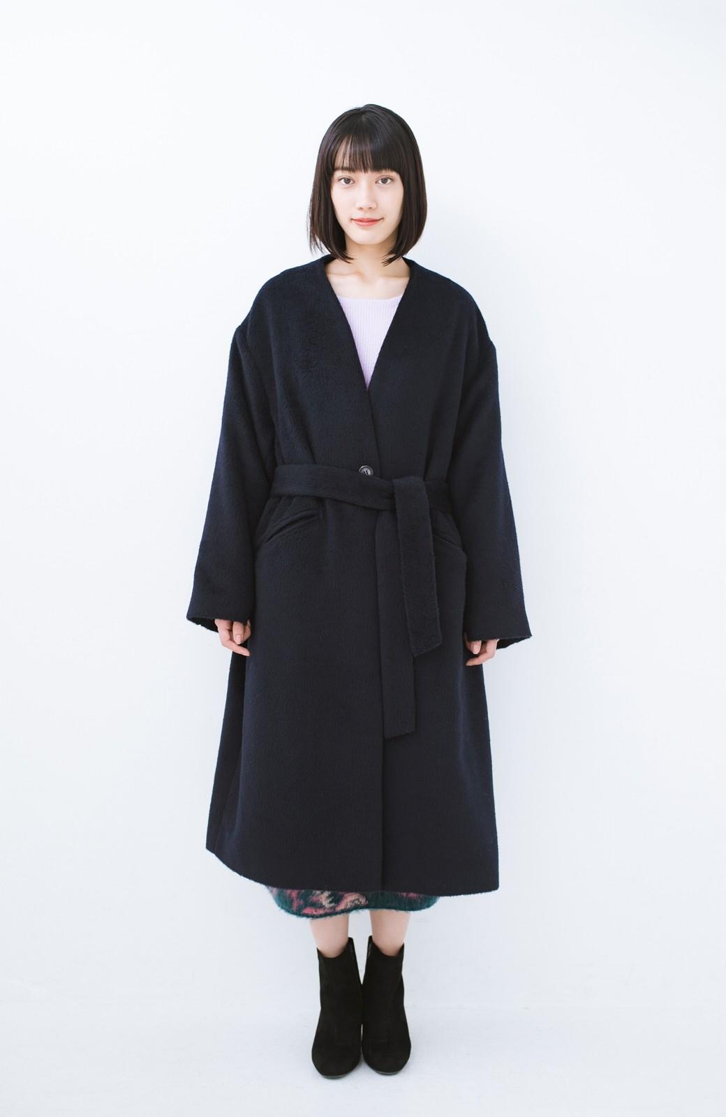 haco! 女っぽくもかっこよくも着られる ベルトつきノーカラーコート <ネイビー>の商品写真6