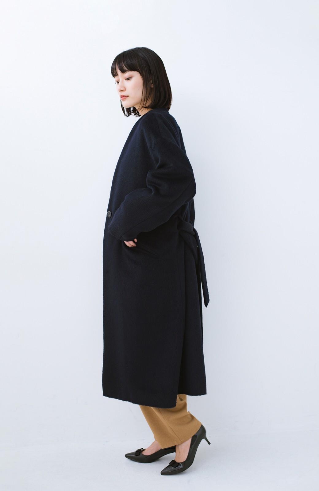 haco! 女っぽくもかっこよくも着られる ベルトつきノーカラーコート <ネイビー>の商品写真13