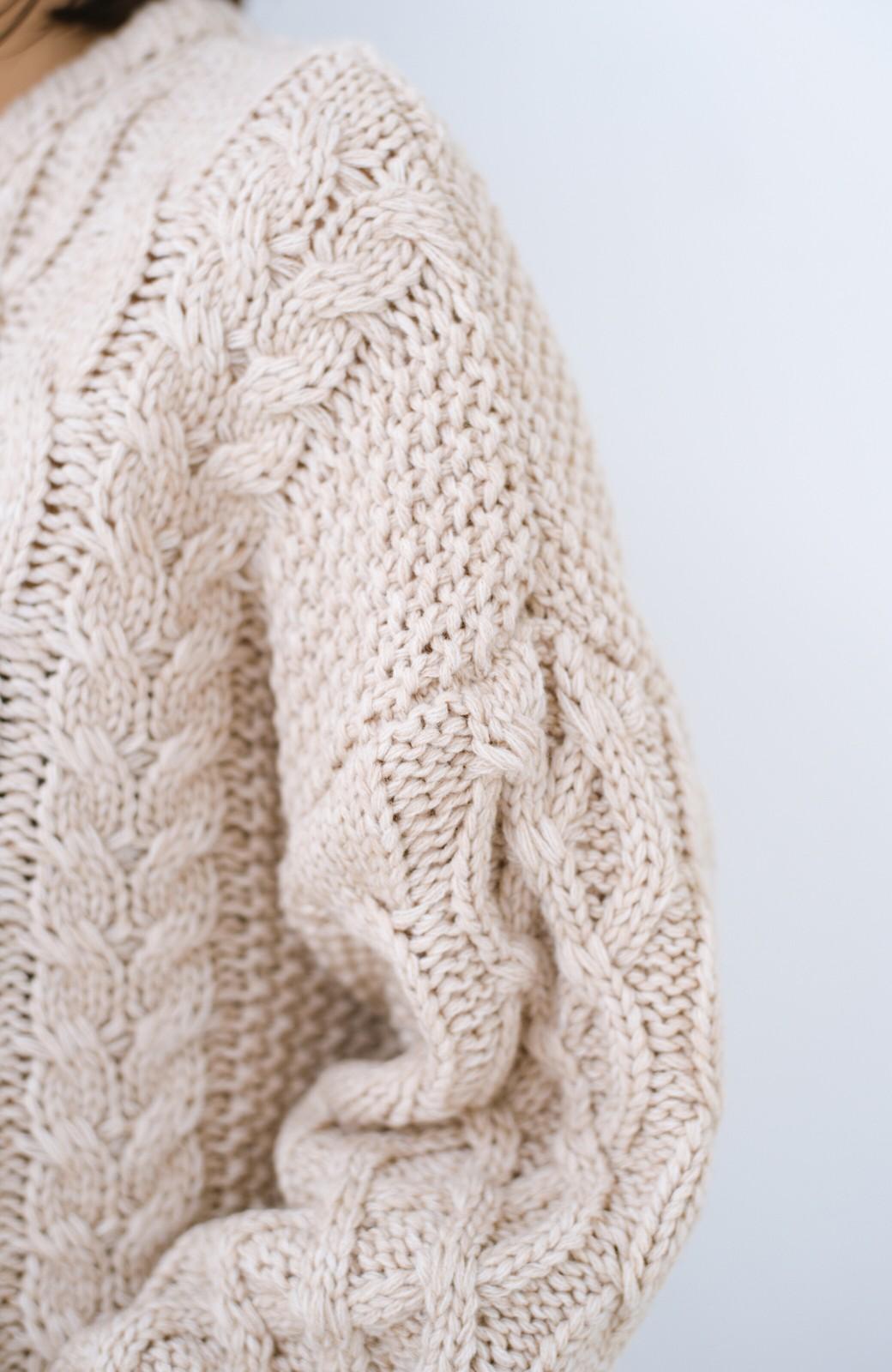 haco! 古着屋さんにありそうな ざっくり編みがかわいいウール混ケーブルニットby que made me <ベージュ>の商品写真3