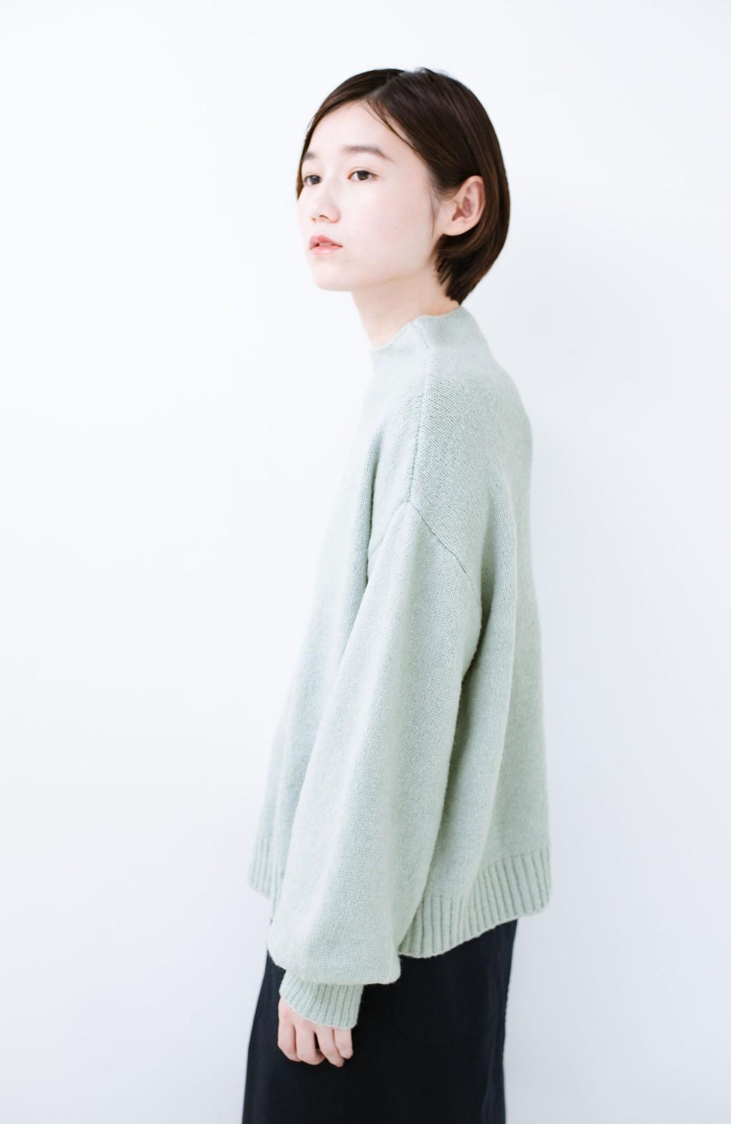 haco! パッと着るだけでかわいくなれる気がする ぷっくり袖のボトルネックニット <ライトグリーン>の商品写真10