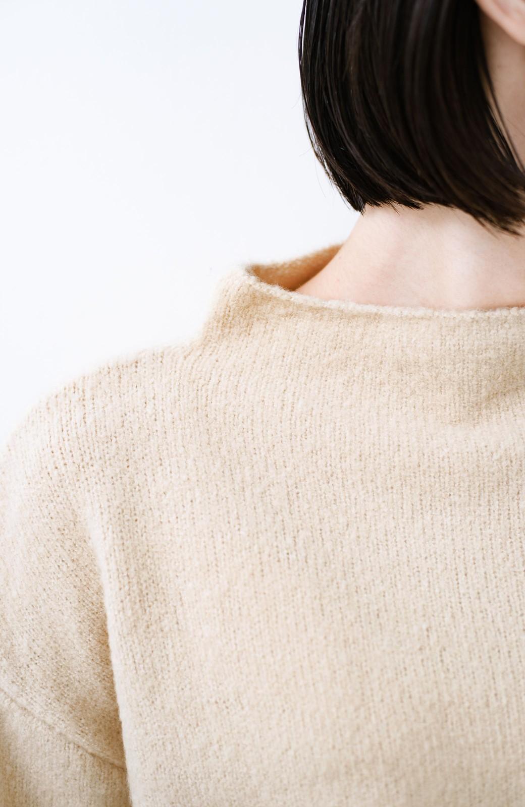 haco! パッと着るだけでかわいくなれる気がする ぷっくり袖のボトルネックニット <ライトベージュ>の商品写真2