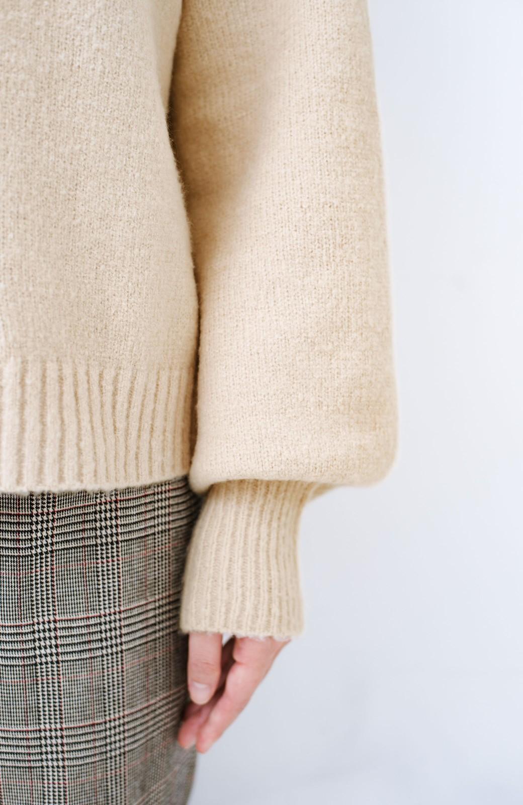 haco! パッと着るだけでかわいくなれる気がする ぷっくり袖のボトルネックニット <ライトベージュ>の商品写真3