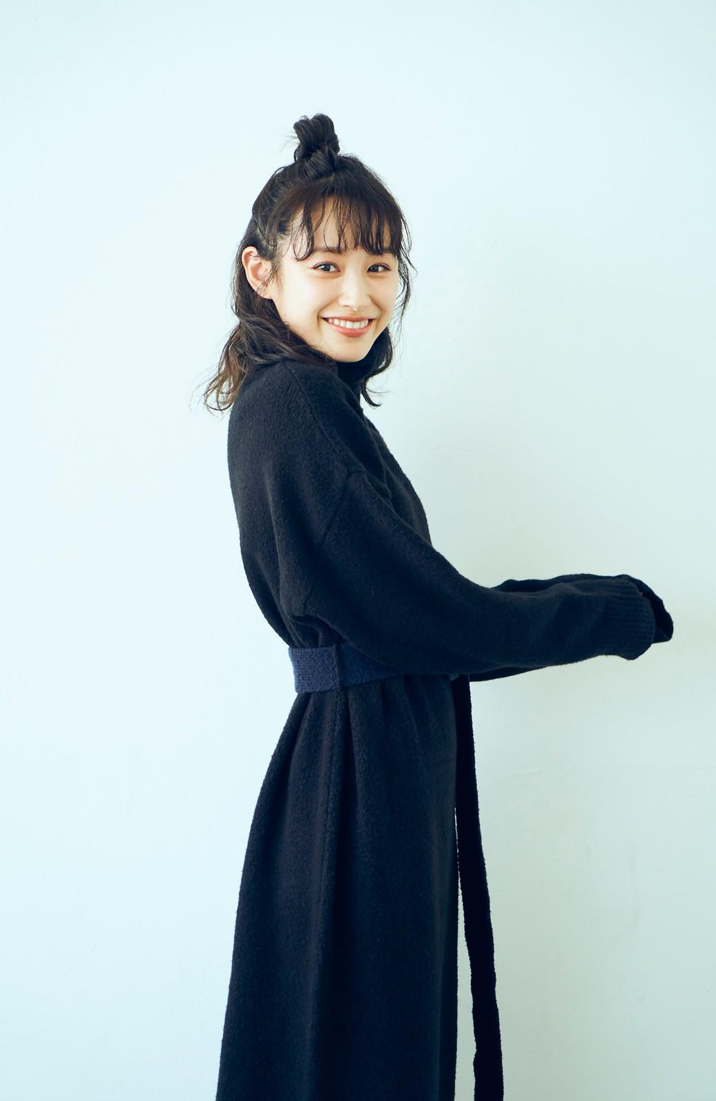 haco! <高橋愛さんコラボ>ラブ&ピースプロジェクト 配色ベルトのタートルニットロングワンピース <ブラック>の商品写真4
