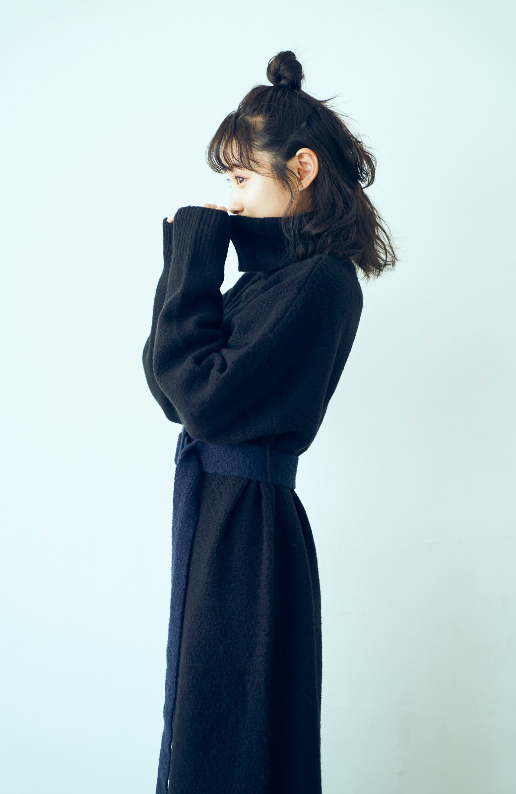 haco! <高橋愛さんコラボ>ラブ&ピースプロジェクト 配色ベルトのタートルニットロングワンピース <ブラック>の商品写真6
