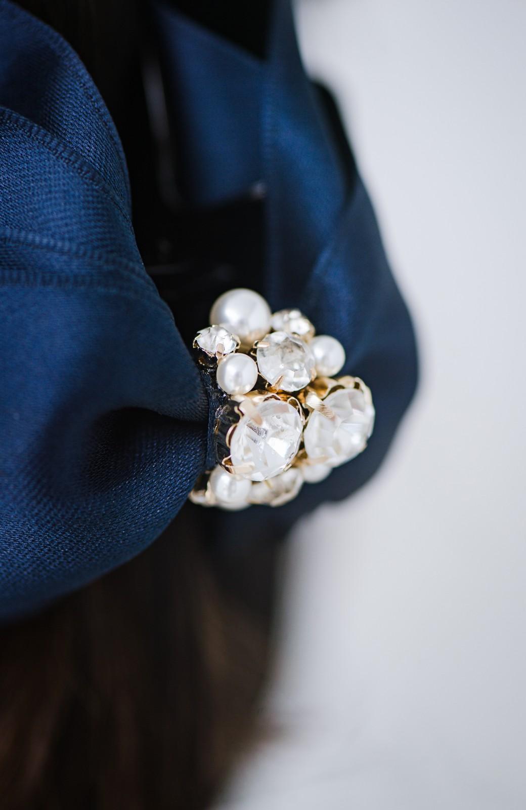 haco! 結婚式にも使える!ポニーテールにはさむだけでアレンジ完成するプラパール&リボンバンスクリップ <ネイビー>の商品写真4