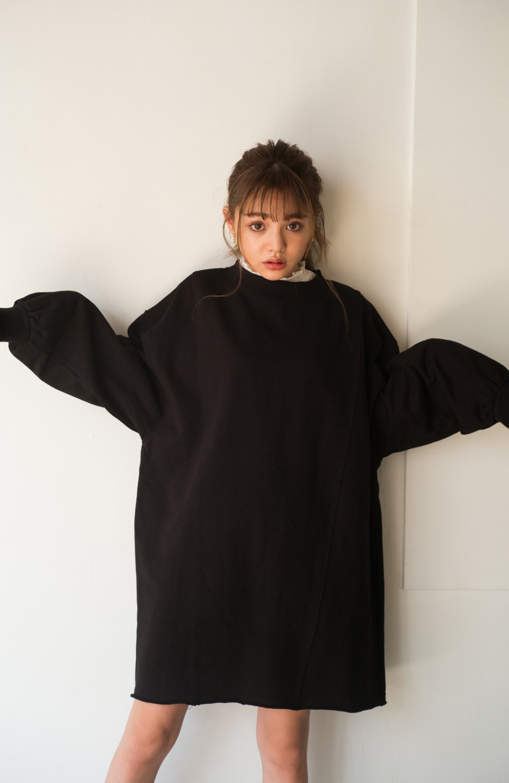 haco! <吉木千沙都(ちぃぽぽ)さんコラボ>ラブ&ピースプロジェクト 袖ラベルがポイントのビッグスウェットワンピース <ブラック>の商品写真11
