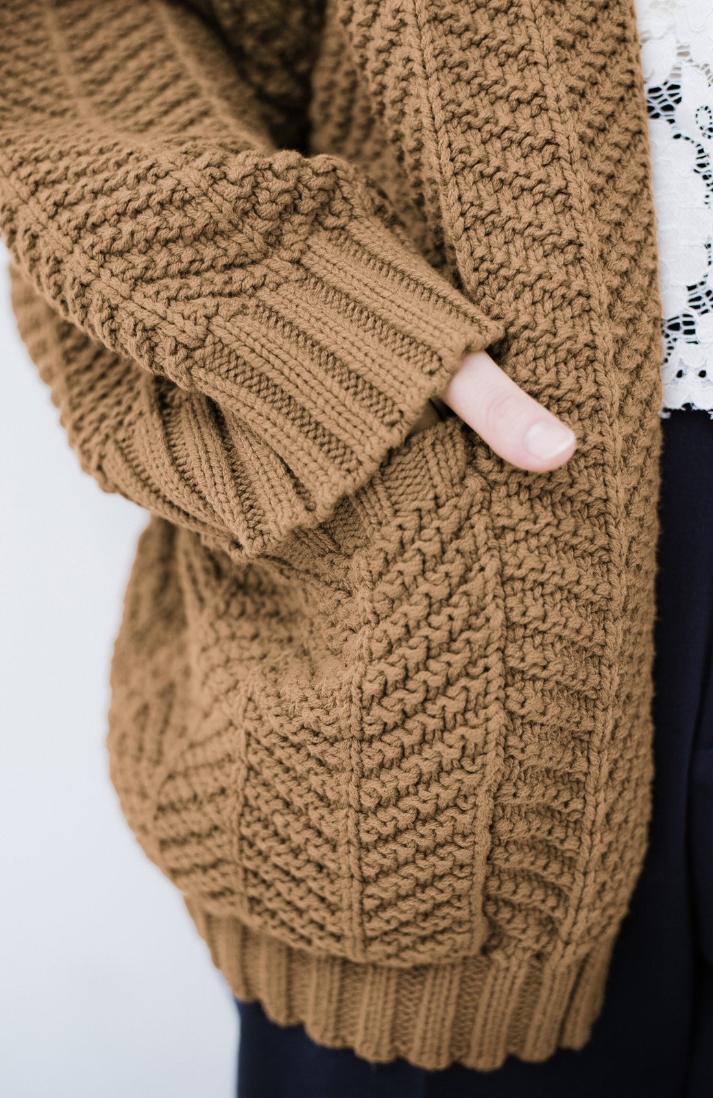 haco! パッと羽織るだけでいつものコーデがぐんとかわいくなれる! 柄編みニットカーディガン <ライトブラウン>の商品写真4