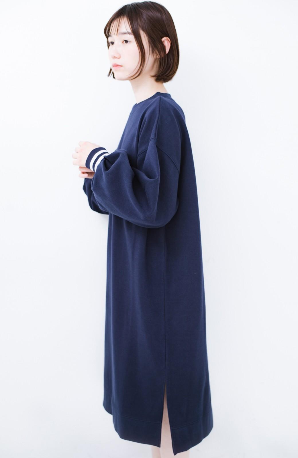 haco! 子どもっぽくならない 袖ボリュームのきれいめ大人女子スウェットワンピース <ネイビー>の商品写真11