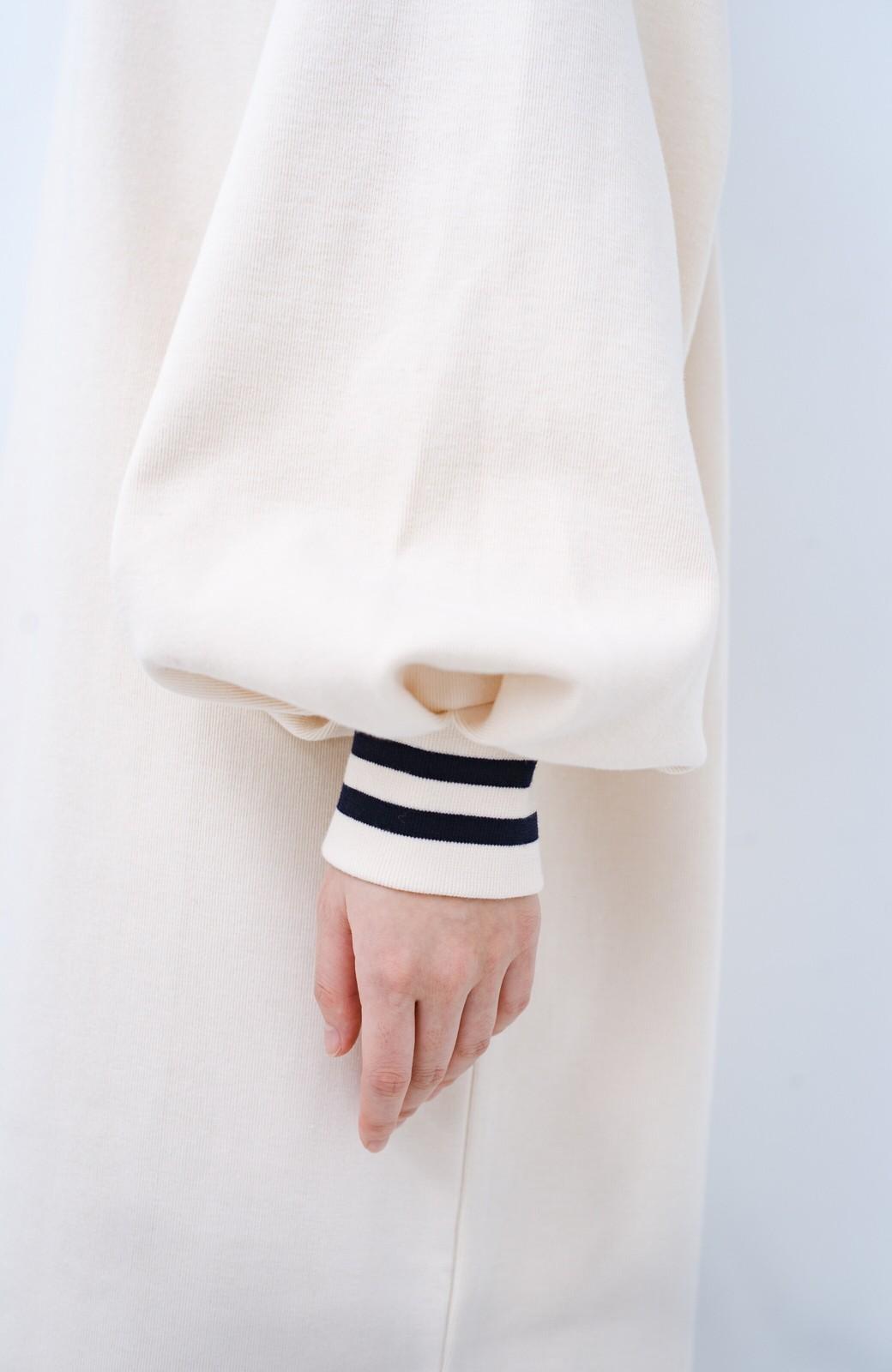 haco! 子どもっぽくならない 袖ボリュームのきれいめ大人女子スウェットワンピース <オフホワイト>の商品写真3