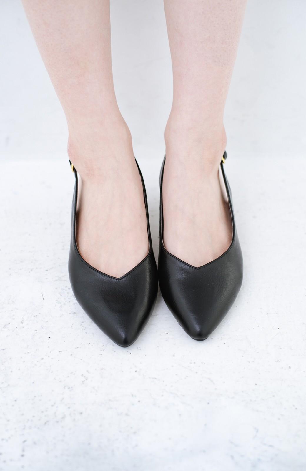 haco! Vカッティングがきれいで素足も美しく魅せるバックストラップパンプスbyMAKORI <ブラック>の商品写真3