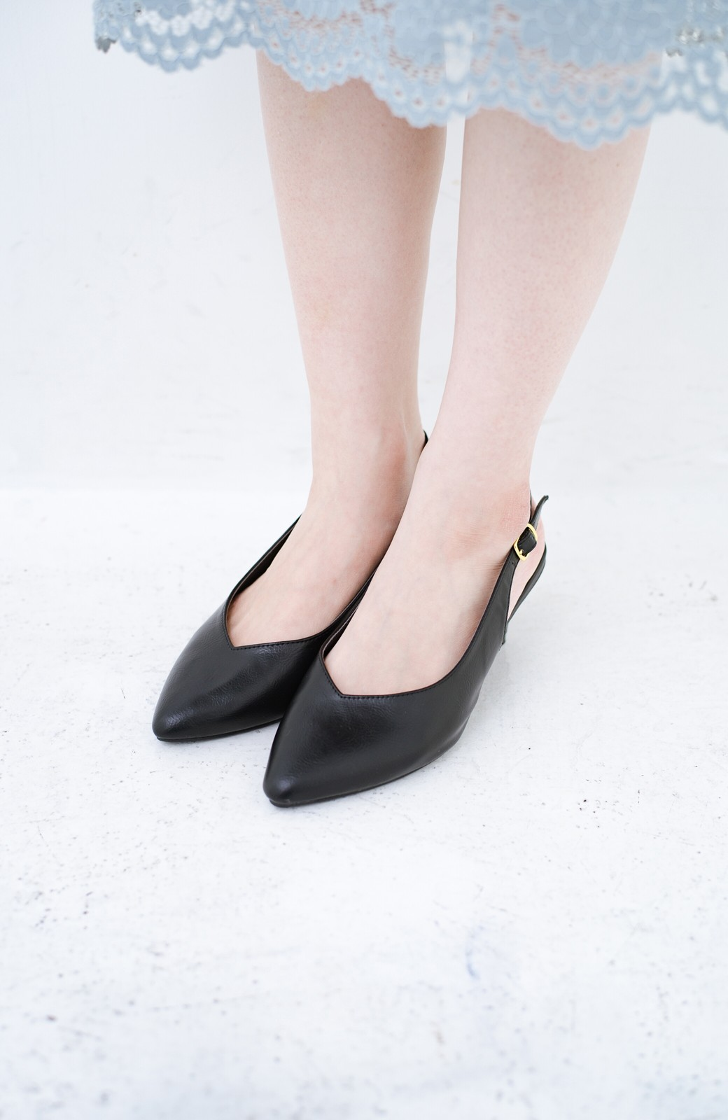 haco! Vカッティングがきれいで素足も美しく魅せるバックストラップパンプスbyMAKORI <ブラック>の商品写真7