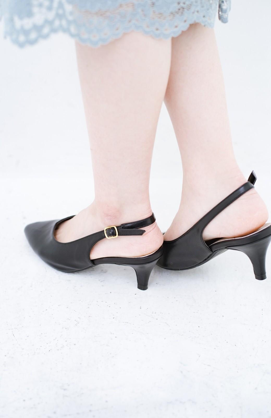 haco! Vカッティングがきれいで素足も美しく魅せるバックストラップパンプスbyMAKORI <ブラック>の商品写真4