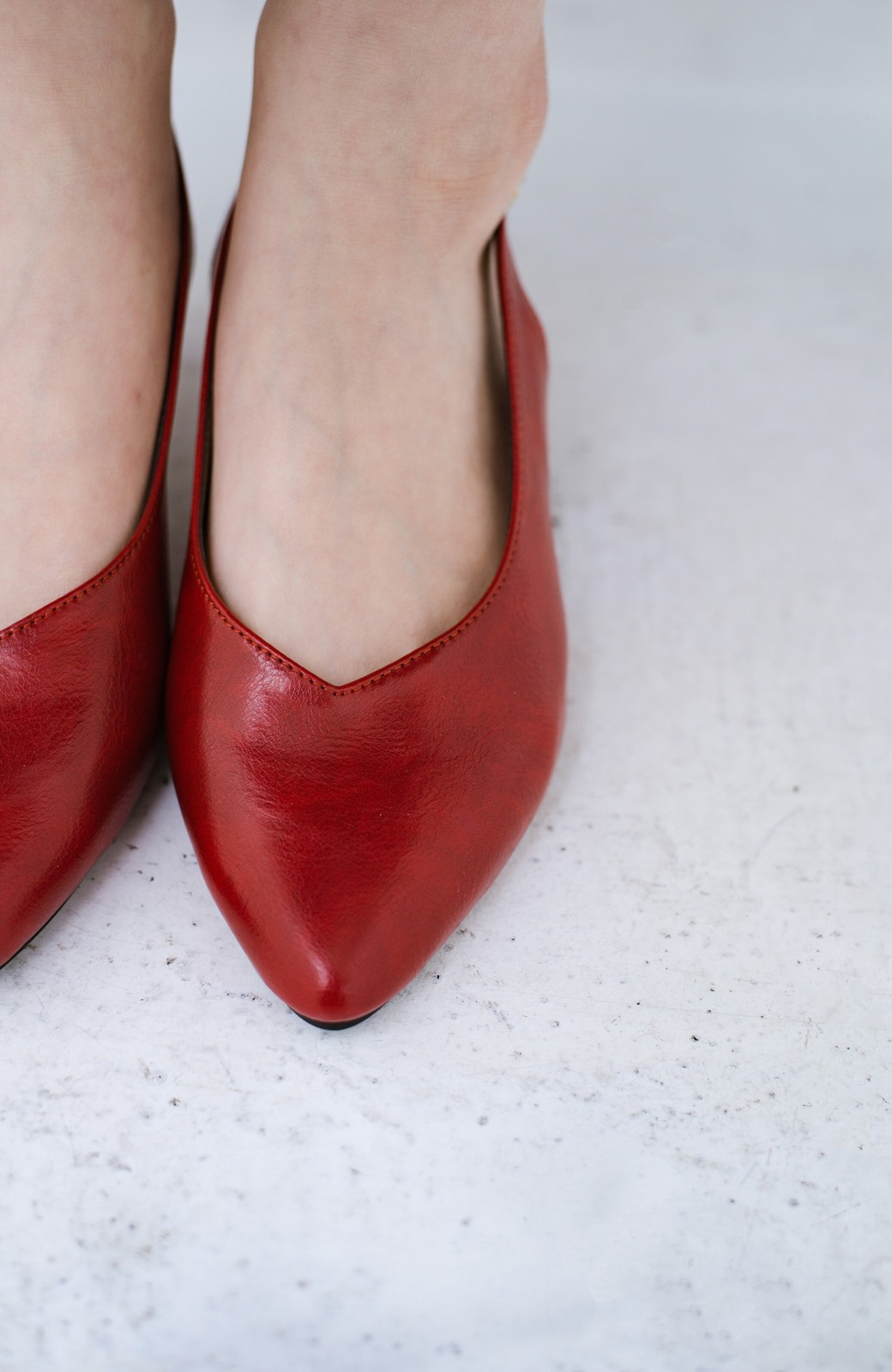 haco! Vカッティングがきれいで素足も美しく魅せるバックストラップパンプスbyMAKORI <レッド>の商品写真10