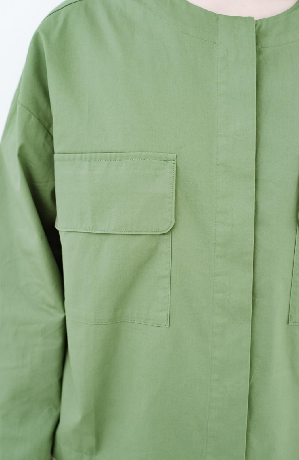 haco! さっと羽織ればコーデに味付け 軽さが自慢のノーカラーミリタリージャケット <カーキ>の商品写真3