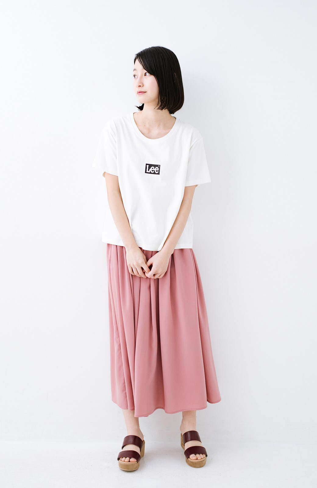 haco! 別注Lee ほどよいゆとりシルエットのボックスロゴTシャツ <ホワイト×ブラック>の商品写真5
